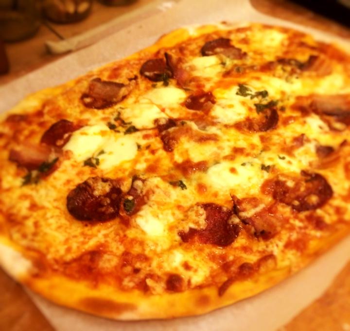 1 od načina za tanku i hrskavu pizzu.